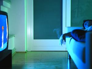 Dormir-con-la-televisión-encendida-puede-causar-depresión
