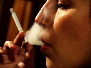 Por-primera-vez-en-Espana-el-numero-de-fumadoras-jovenes-dobla-al-de-los-hombres